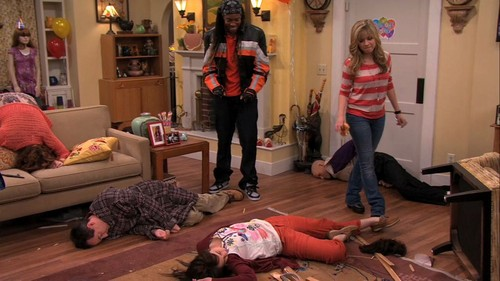 iCarly wolpeyper containing a living room called 5x07 - iStill Psycho