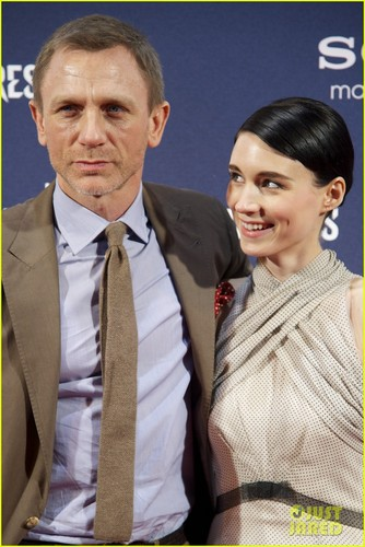 Daniel Craig Hintergrund with a business suit called Daniel Craig: Madrid 'Dragon Tattoo' Premiere with Rachel Weisz!