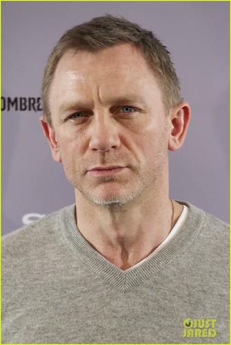 Daniel Craig Hintergrund probably containing a jersey and a portrait called Daniel Craig & Rooney Mara: 'Dragon Tattoo' in Madrid