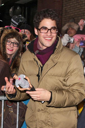 Darren Criss karatasi la kupamba ukuta probably containing a street, a sign, and a green beret called Darren live with Kelly 05/01/12