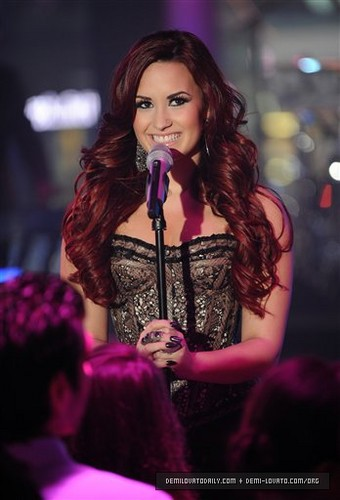 """Demi performs """"Give Your hart-, hart a Break"""" at MTV's New Years Eve in NYC 2012"""