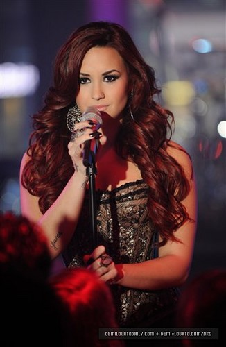 "Demi performs ""Give Your coração a Break"" at MTV's New Years Eve in NYC 2012"