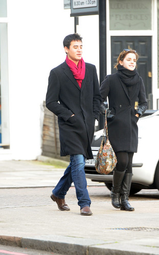 Emma Watson Shopping in Luân Đôn - January 4, 2012