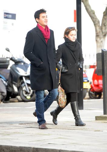 Emma Watson Shopping in লন্ডন - January 4, 2012