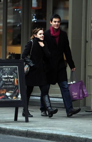 Emma Watson Shopping in Londres - January 4, 2012