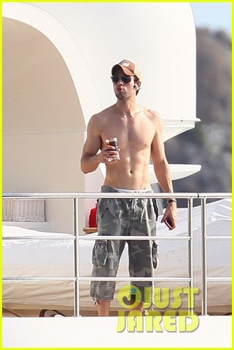 Enrique Iglesias: Shirtless in St. Barts!