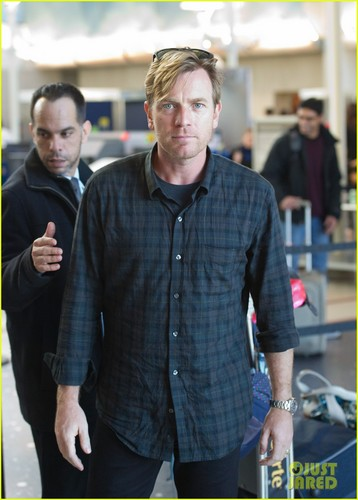 Ewan McGregor wallpaper containing a business suit called Ewan McGregor: LAX Landing With the Family!