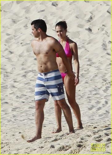 Jessica Alba: Hot गुलाबी समुद्र तट Bikini!