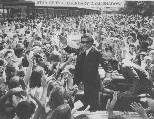 Dark Shadows wallpaper containing a business suit, a bandsman, and a concert titled Jonathan Frid