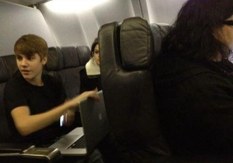 Justin and Selena sitting in a airplane