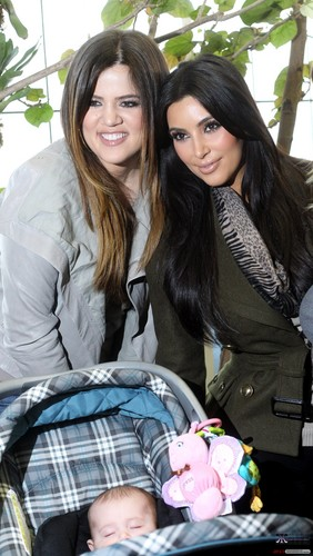 KHLOE AND KIM VISIT THE DALLAS WORLD AQUARIUM - 04/01/2012