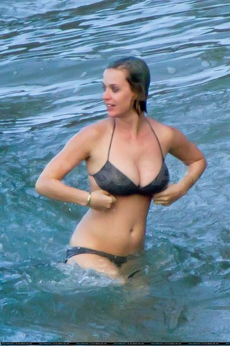 Katy Perry on the de praia, praia in Hawaii [December 26 2011]
