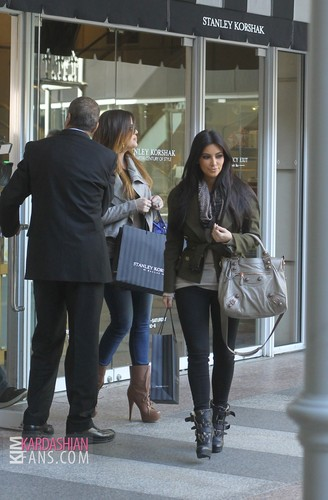 Kim and Khloe shopping in Dallas, TX - 01/04/12