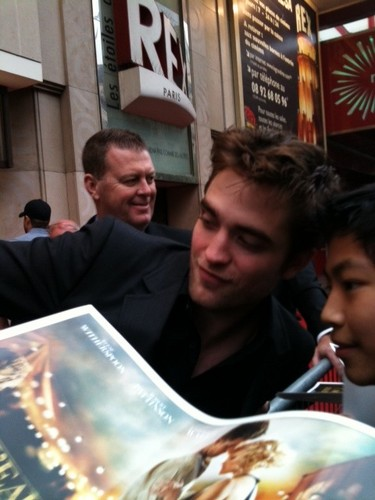Rob in Wfe premiere paris