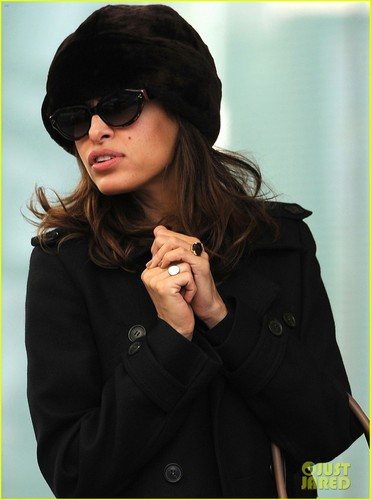 Ryan gosling karatasi la kupamba ukuta containing sunglasses entitled Ryan gosling & Eva Mendes: siku Out in New York!