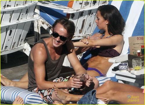 Tom Felton & Jade Olivia: Pair por The Pool