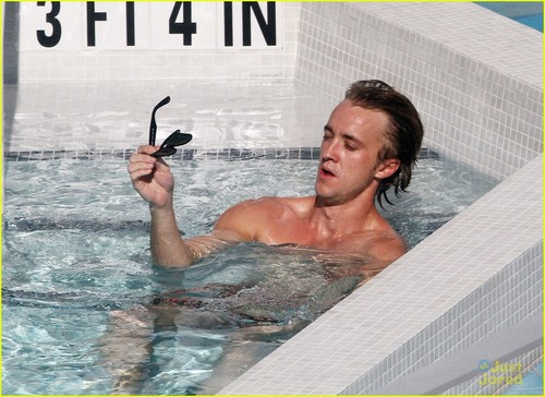 Tom Felton & Jade Olivia: Pair 의해 The Pool