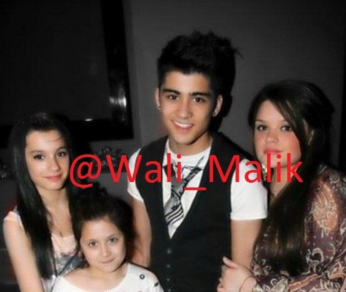 Zayn Malik karatasi la kupamba ukuta with a bearskin and a portrait called Zayns family x