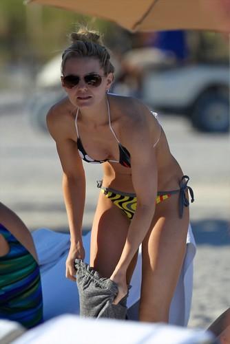 an 1, 2012 | Jennifer Morrison in a Bikini on the 海滩 in Miami