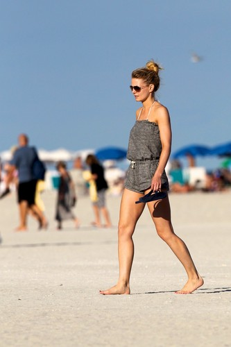 an 1, 2012 | Jennifer Morrison in a Bikini on the समुद्र तट in Miami