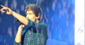 x liam pointing to danielle whilst singing one thing <3