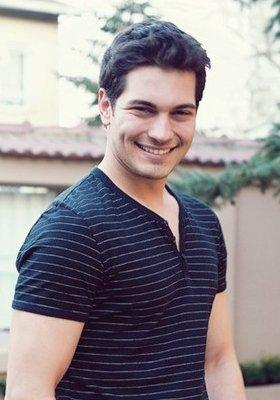 トルコの俳優・女優 壁紙 probably with a pullover and a leisure wear called Cagatay Ulusoy