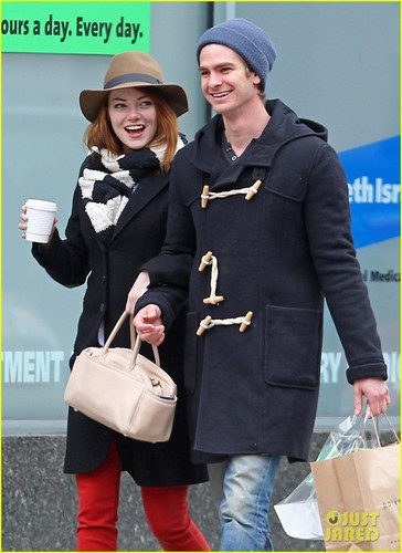 Andrew Garfield پیپر وال entitled Emma Stone & Andrew Garfield: Kiss Kiss!