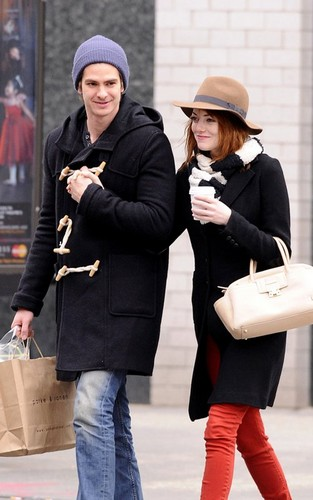 Emma Stone and Andrew Гарфилд out for a romantic stroll in New York City (January 8).