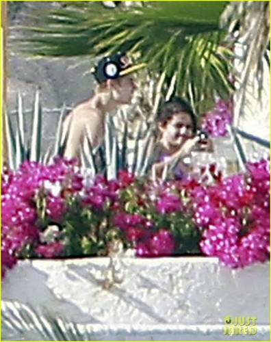 Justin Bieber: Shirtless in Cabo with Selena Gomez!