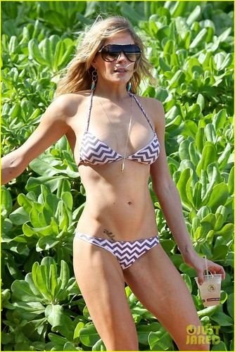 LeAnn Rimes: Bikini-Clad Bocce Ball Player!