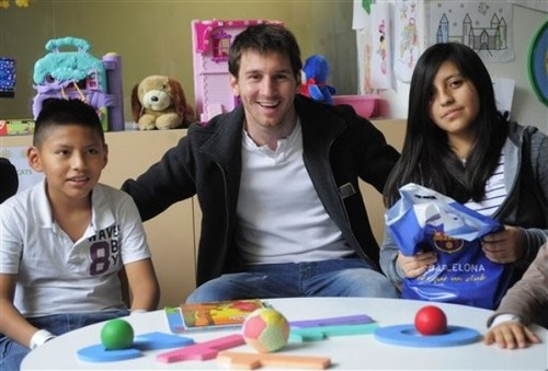 Lionel Messi Gives Presents to Children in Hospital (5 January 2012) - lionel-andres-messi Photo