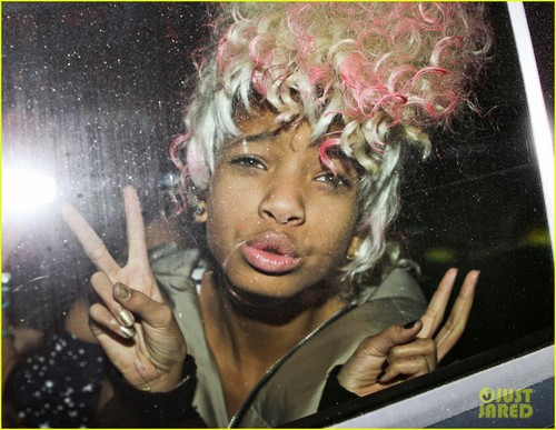 Willow Smith Channels Nicki Minaj With розовый Wig