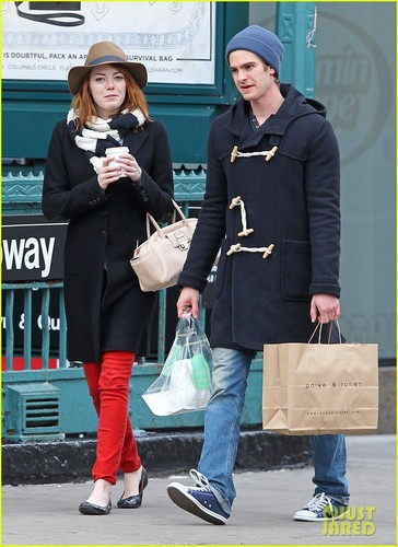 Andrew Garfield and Emma Stone karatasi la kupamba ukuta containing a street, a business suit, and a sign entitled A&E - Kissing