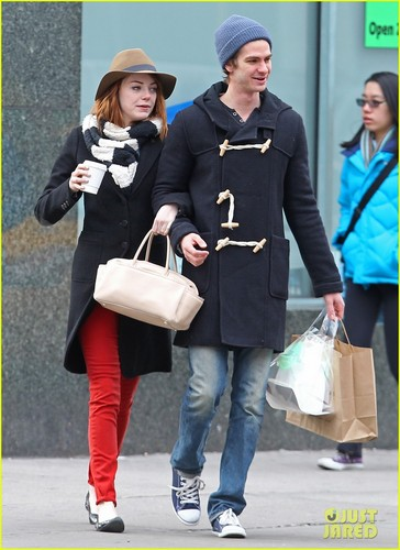 Andrew 가필드 and Emma Stone 바탕화면 probably with a street, a business suit, and an outerwear entitled A&E - 키싱