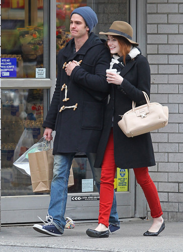 Andrew Garfield and Emma Stone Hintergrund containing a business suit and a well dressed person called A&E - Küssen