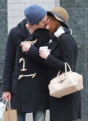 Andrew Garfield and Emma Stone karatasi la kupamba ukuta probably containing a business suit called A&E - Kissing