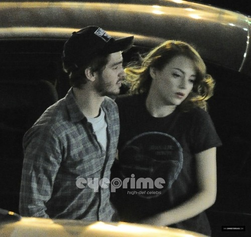 Andrew Garfield and Emma Stone karatasi la kupamba ukuta with a sign entitled A&E - The Gangster Squad set