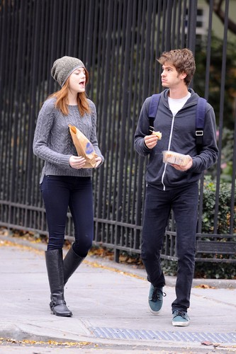 Andrew ガーフィールド and Emma Stone 壁紙 possibly containing a business suit, a street, and a boater entitled A&E in NY