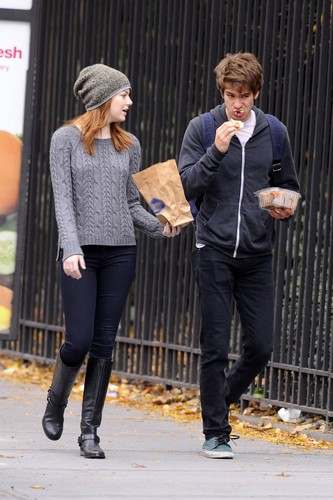 Andrew Garfield and Emma Stone karatasi la kupamba ukuta containing a business suit, a hip boot, and a well dressed person titled A&E in NY