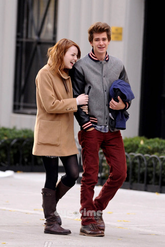 Andrew Garfield and Emma Stone karatasi la kupamba ukuta probably with a business suit called A&E in NY