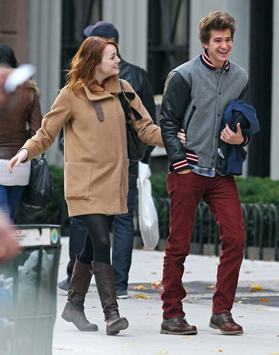 Andrew Garfield and Emma Stone karatasi la kupamba ukuta possibly containing an outerwear, a hip boot, and long trousers titled A&E in NY