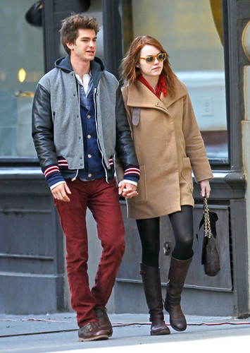 Andrew গার্ফিল্ড and Emma Stone দেওয়ালপত্র with a business suit and a well dressed person titled A&E in NY