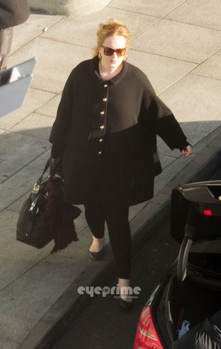 Adele arriving in Luân Đôn with her new Boyfriend on January 11, 2011.