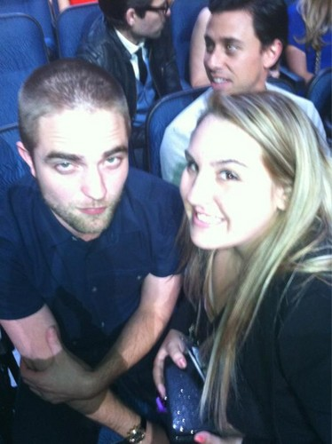 Gorgeous *NEW* Robert Pattinson Fan Pics From Last Night's PCA's