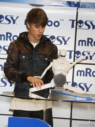 Justin Bieber Unveils Robot At CES