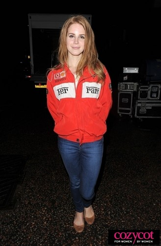 Leaves a tv studio after recording the Ross show in London (Jan 04) - lana-del-rey Photo