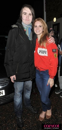 Leaves a tv studio after recording the Ross show in Londres (Jan 04)