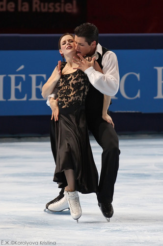 Tessa Virtue & Scott Moir wallpaper probably containing a business suit and a tennis player entitled TEB 2009, OD