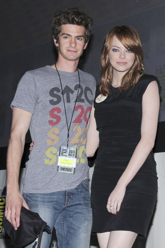 Andrew Garfield and Emma Stone karatasi la kupamba ukuta called The Amazing Spider-Man Comic Con