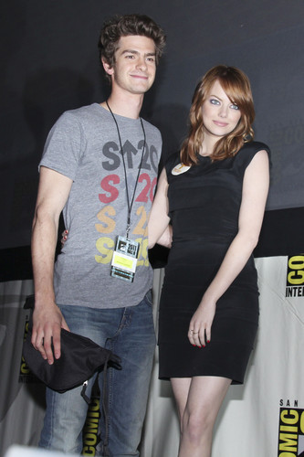 Andrew Garfield and Emma Stone karatasi la kupamba ukuta entitled The Amazing Spider-Man Comic Con